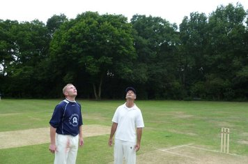 Finalists: Ross Kemp (Belmont Allstars) and Jed O'Brien (Jed's Jokers) toss a coin to decide the order of play.
