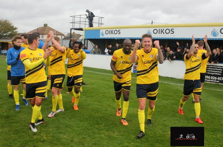 Canvey celebrate cup victory 241020