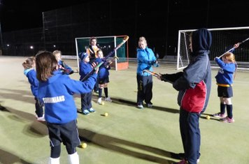 Alex shows her group the best grip