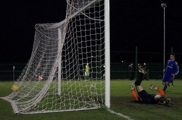 IN THE NET.---GRAYS 2 NIL UP.   (MIKEY CARTWRIGHT PHOTO)