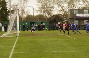 LEE,S SHOT FROM OUTSIDE THE BOX FINDS THE NET FOR THE GRAYS EQUALISER  SCORE NOW  1-1.