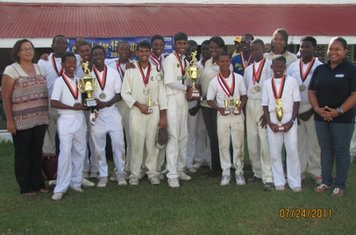 DOUBLE CHAMPS DCC WITH THEIR BRAINSTREET TROPHIES AND THE OFFICERS OF BRAINSTREET