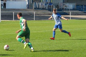 Noel Burdett running at the defence.