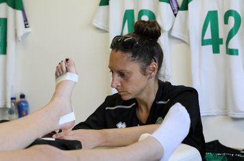 Laura Oakes taping up player