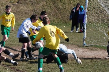 goalmouth fraca as Sam challenges..