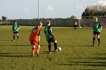 Sim Short lays the ball back to Jess Clewlow
