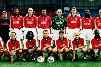 99-2000: George Goode ,Chris Barton (Physio),Dwain Clarke,Mark Cooper,Alan Paris (Manager),David Hook,Pat Gavin,Otis Roberts,Paul Ripley,Nelson Heldt (Coach). Front :Danny Nwaokolo,Paul Adolphe,John Hurlock,Peter Risley,Andy Rose,Mark Jones,Damien Markman