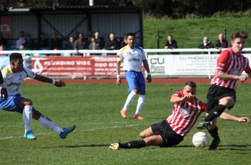 Hornchurch's Danny Johnson (2nd R) blocks Nathan Livings' shot with his arm to concede a penalty
