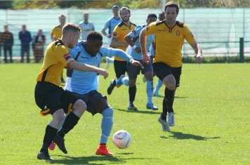 East Thurrock's Tom Stephen (L) challenges Bobby Devyne