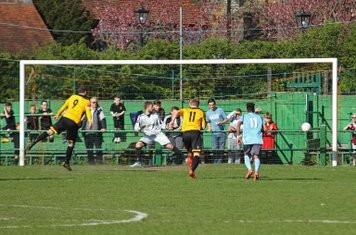 East Thurrock's Sam Higgins (9) equalises from the penalty spot, via the inside of the post