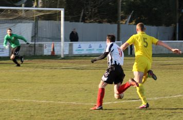 Jonny Nicholls running at the defence.