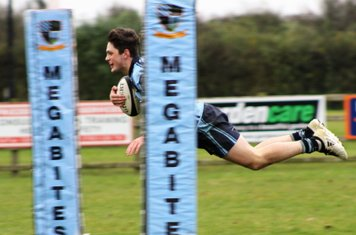 Thomas Hunter dives bewteen the posts to score.